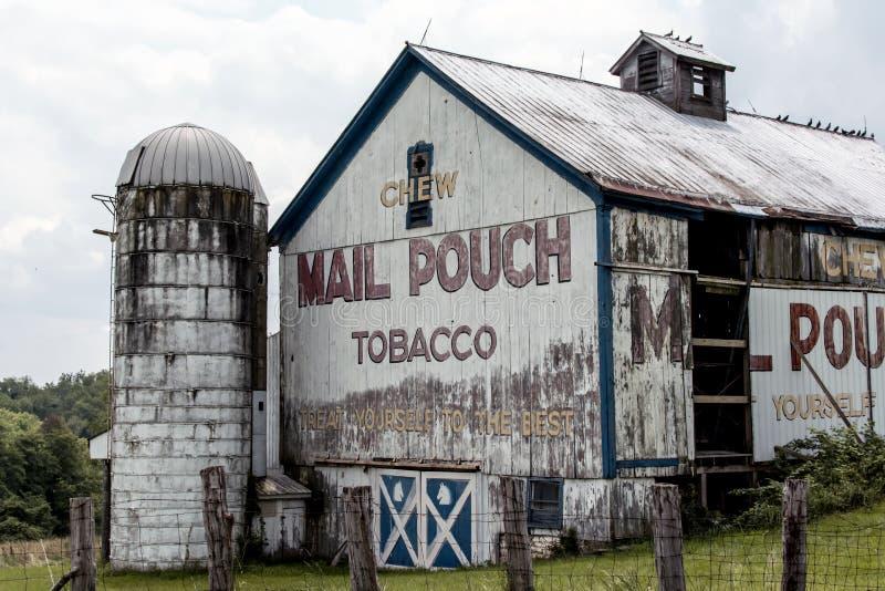 Granero viejo con el anuncio pintado del tabaco de la bolsa de correo en Ohio rural imagen de archivo libre de regalías