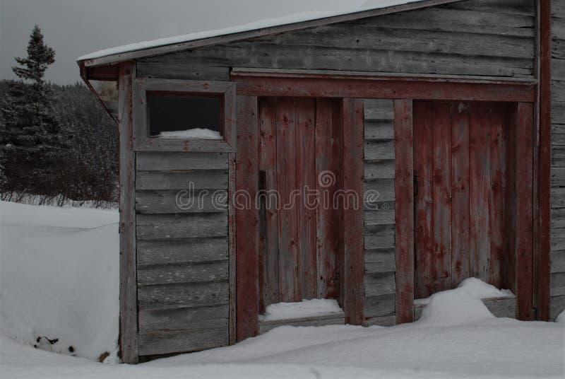 Granero viejo con las puertas rojas clásicas fotos de archivo libres de regalías
