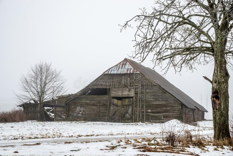 Granero viejo de madera de la vertiente en invierno foto de archivo