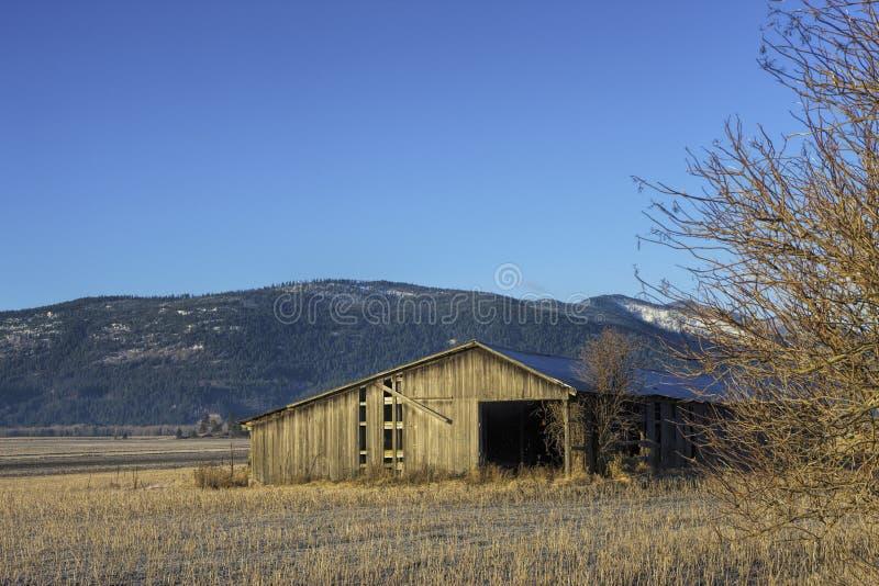 Granero viejo en campo. foto de archivo