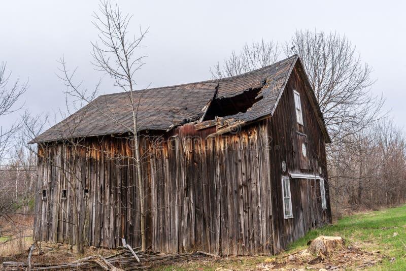 Granero viejo en el camino 11 fotografía de archivo
