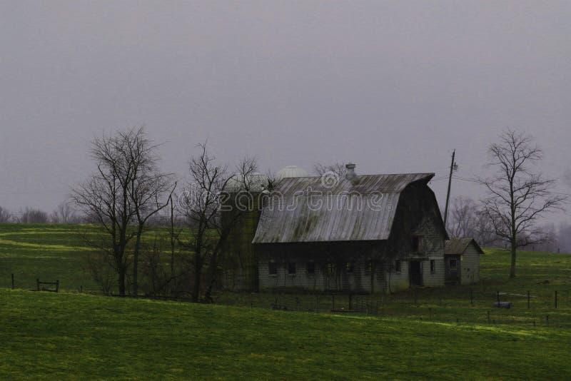 Granero viejo en el país que se deshace fotografía de archivo