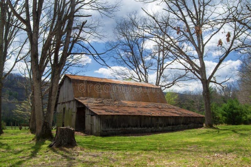 """Granero viejo rústico en el †""""Virginia, los E.E.U.U. de maderas fotos de archivo"""
