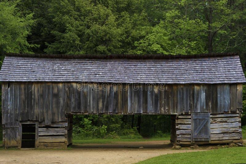 Granero voladizo histórico, valle de la ensenada de Cades, Tennessee fotos de archivo libres de regalías