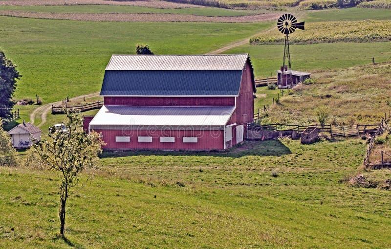 Granero y molino de viento cerca de Madison, Wisconsin fotos de archivo libres de regalías