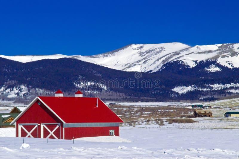 Granero y montañas rojos Nevado en Colorado fotos de archivo