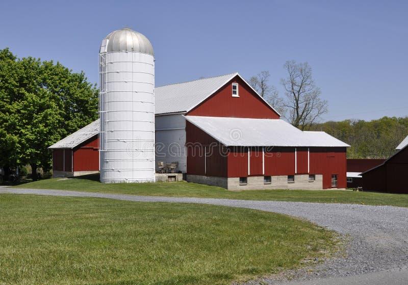 Granero y silo rojos en Pennsylvania rural foto de archivo