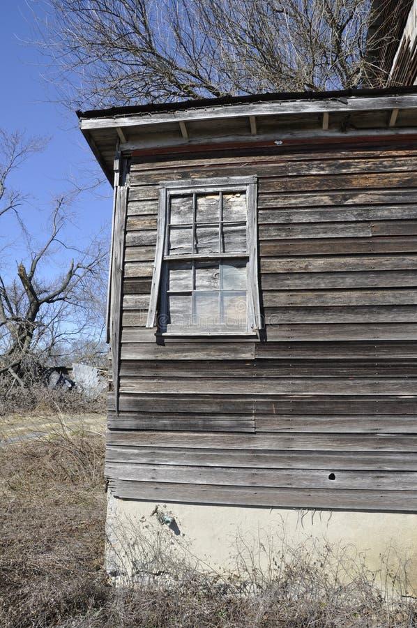 Granero y ventana de madera desgastados viejos imagen de archivo libre de regalías