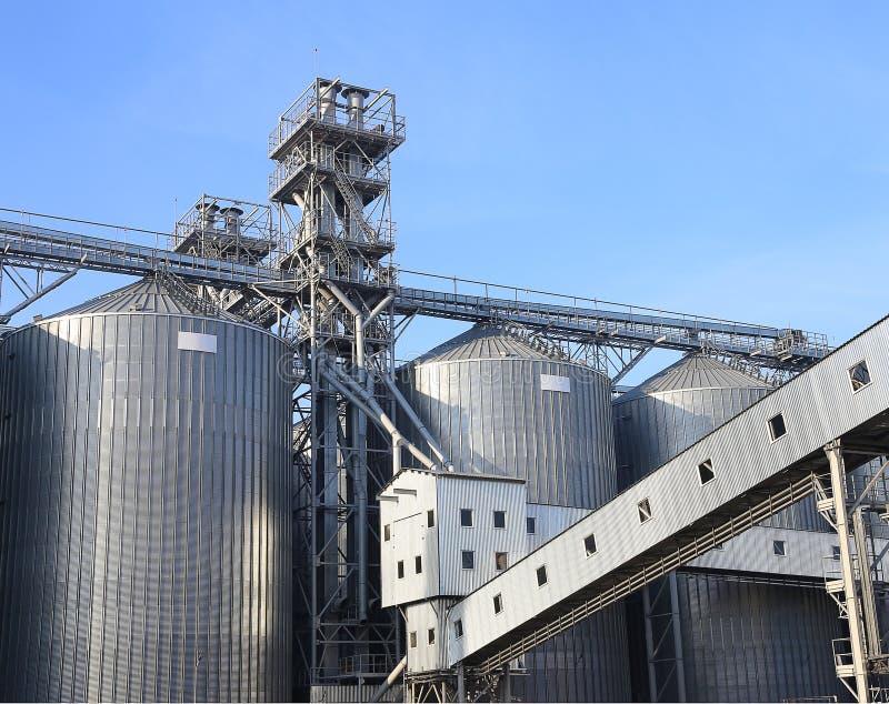Graneros para almacenar trigo y otros granos de cereal. imagen de archivo libre de regalías