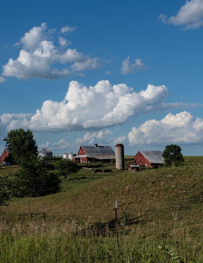 Graneros rojos tradicionales en una granja del Mid West imagenes de archivo