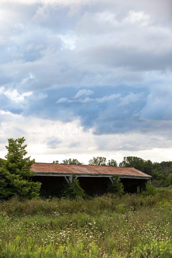 Graneros y cielos viejos del verano imagenes de archivo