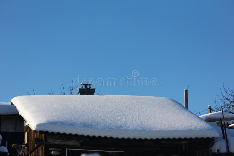 Grange dans le chapeau de neige image stock
