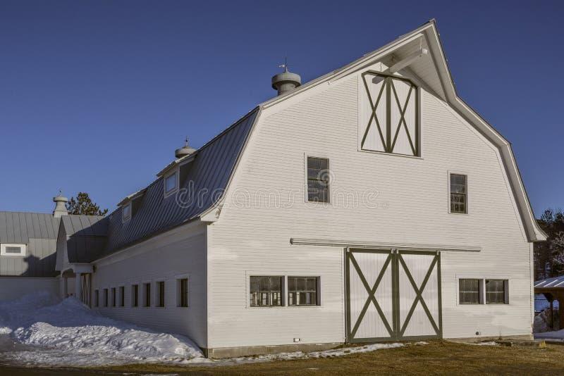 Grange de cheval blanc au Vermont photographie stock libre de droits