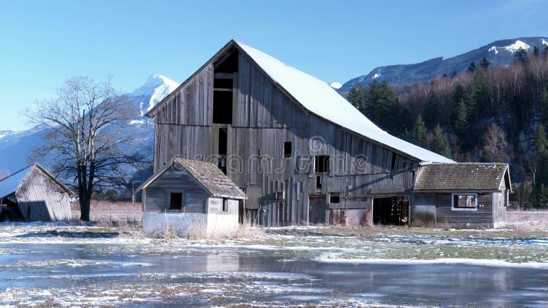 Grange de l'hiver images stock