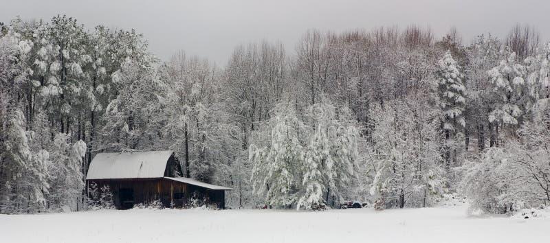 Grange de l'hiver photos stock