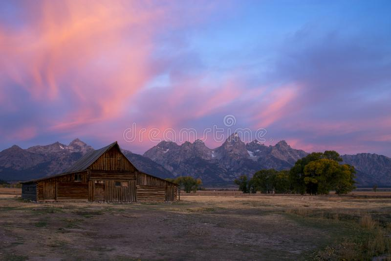 Grange de Moulton de lever de soleil sur la rangée mormone, parc national grand de Teton, Wyoming photos stock