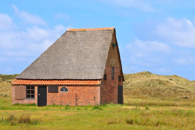 Grange de moutons près des dunes photographie stock libre de droits