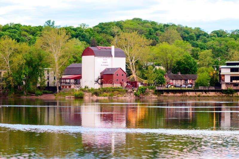 Grange de rivière photographie stock libre de droits