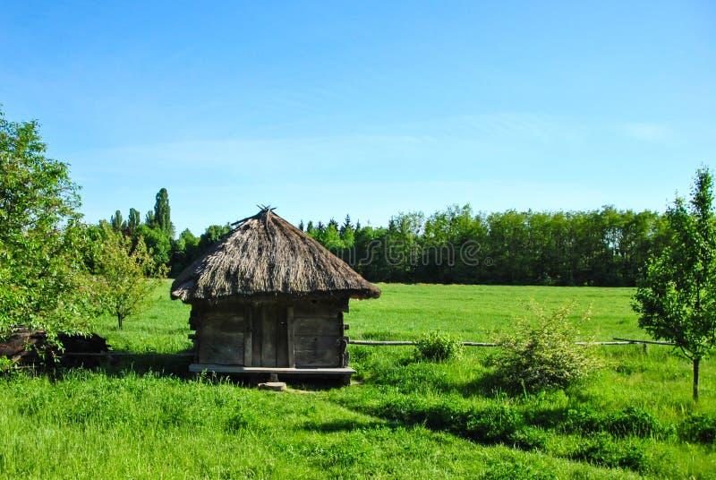 Grange en bois historique ukrainienne traditionnelle au musée de l'architecture nationale ukrainienne dans le village de Pirogovo image stock