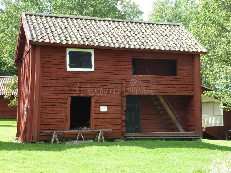 Grange en bois peinte par rouge de vintage image libre de droits