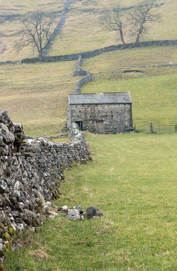 Grange en pierre traditionnelle, vallées de Yorkshire photos libres de droits