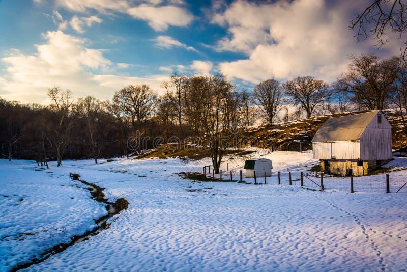 Grange et champ couvert de neige dans le comté de Baltimore rural, le Maryland photos libres de droits