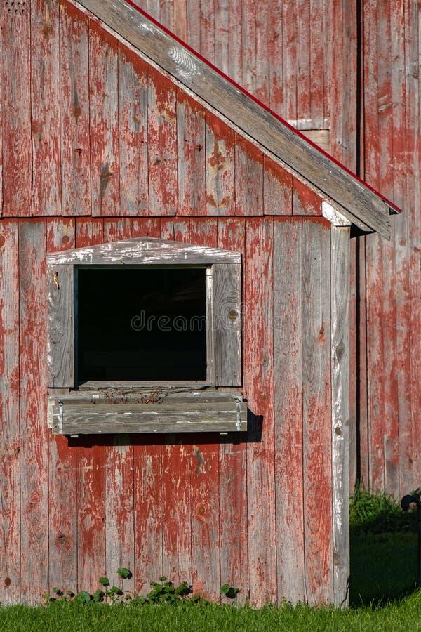 Grange et fenêtre rouges fanées images libres de droits