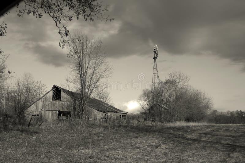 Grange et moulin à vent image libre de droits