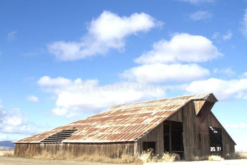 Grange et nuages photos libres de droits