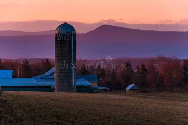 Grange et silo à une ferme en vallée de Shenandoah au coucher du soleil, avec images stock