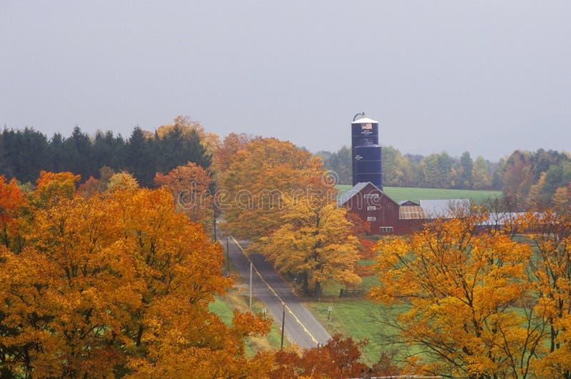Grange et silo dans des couleurs d'automne le long de la route de campagne, VT photos stock