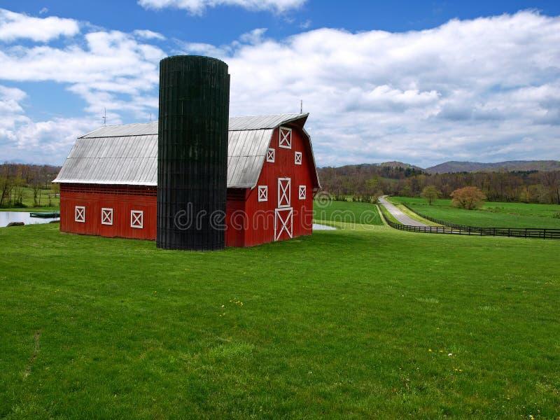 Grange et silo rouges photographie stock libre de droits