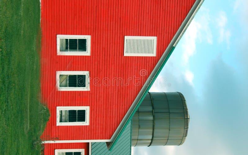 Grange et silo rouges photo stock