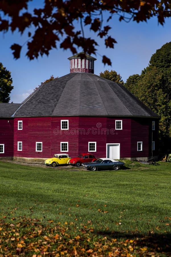 Grange historique - automobiles de vintage - le Vermont photo stock
