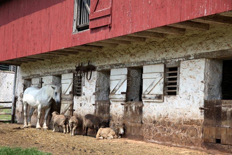 Grange historique avec le four de Hopewell d'â d'animaux photos stock
