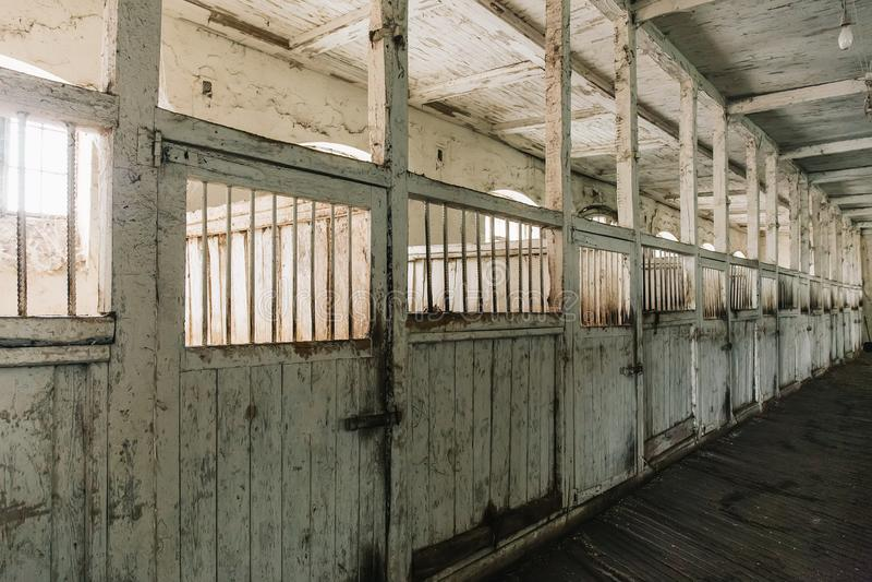 Grange ou écurie de cheval à la ferme ou au ranch, vieilles boîtes de cheval en bois image libre de droits