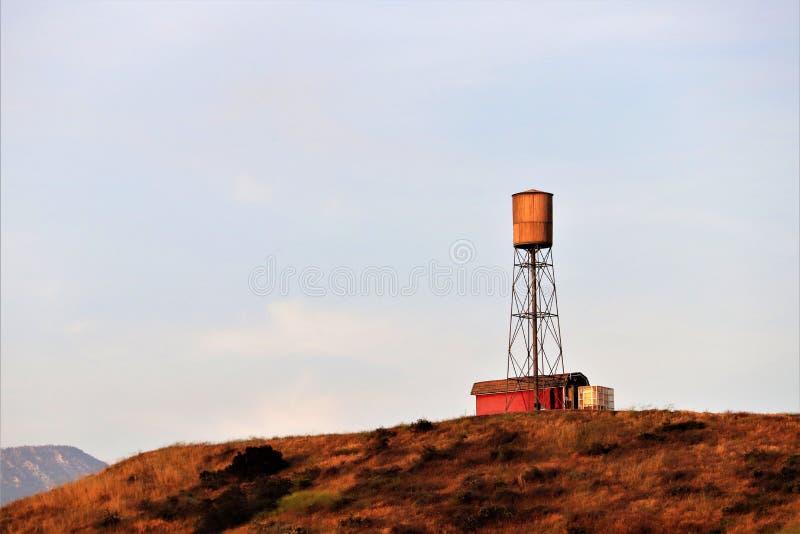 Grange rouge avec la tour d'eau sur une colline en Californie rurale images libres de droits