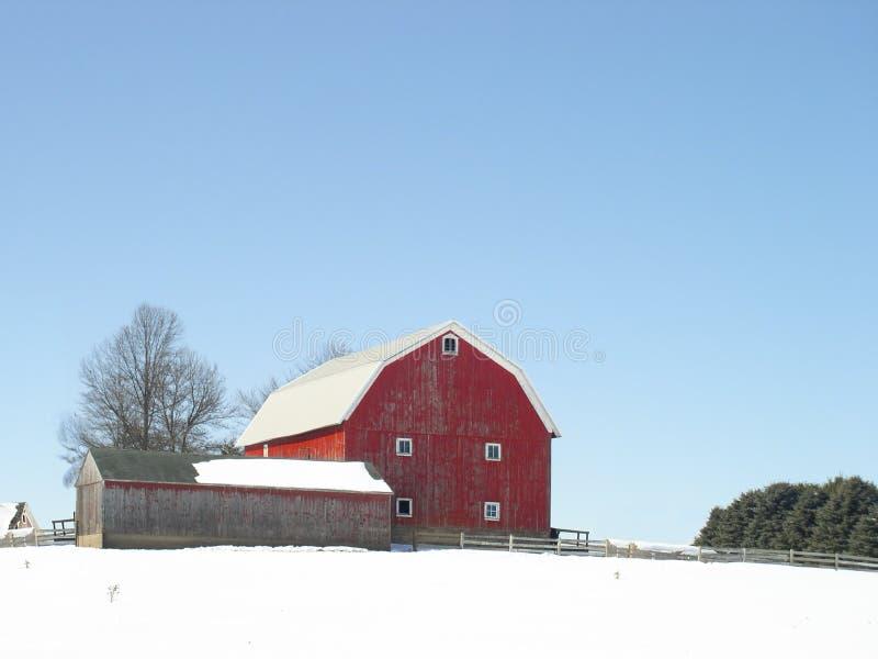 Grange rouge classique en hiver image libre de droits
