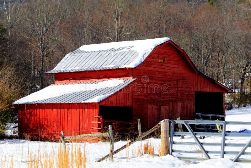 Grange rouge dans la neige photographie stock libre de droits