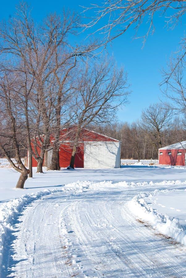 Grange rouge en hiver image libre de droits
