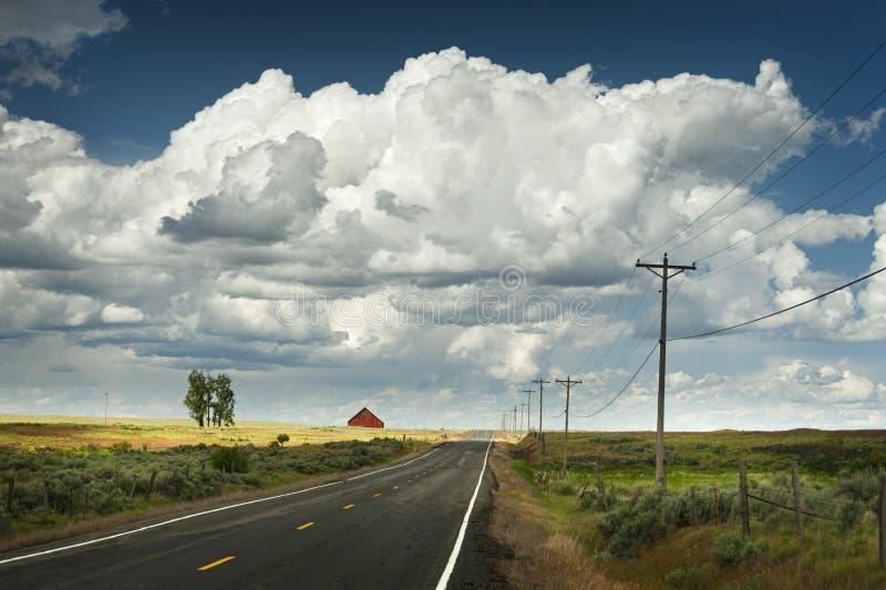 Grange rouge et route rurale image libre de droits