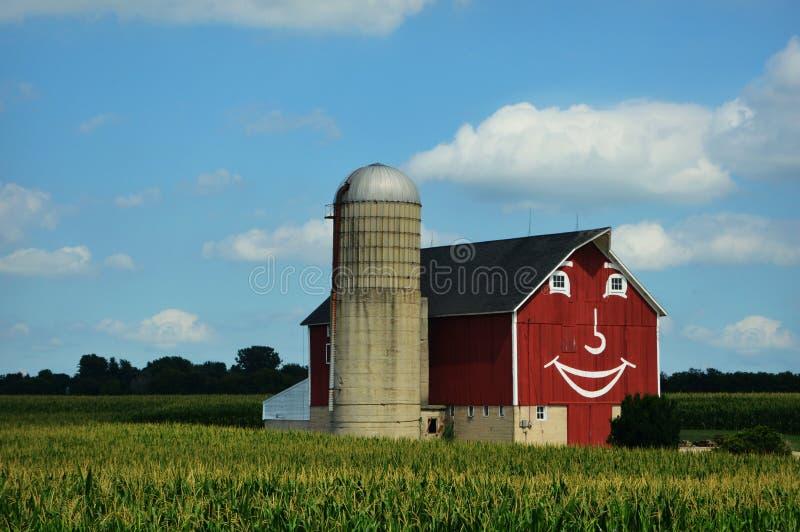 Grange rouge heureuse images stock