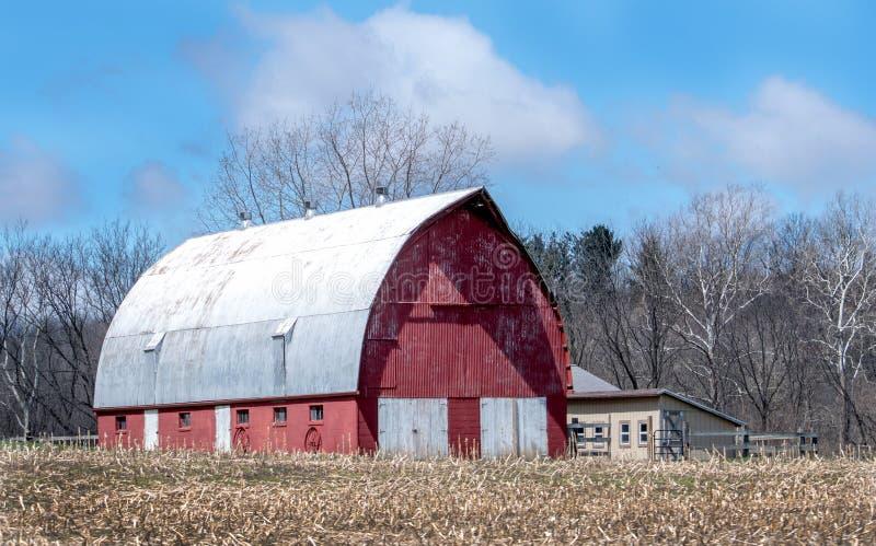 Grange rustique à la ferme fonctionnante photos libres de droits