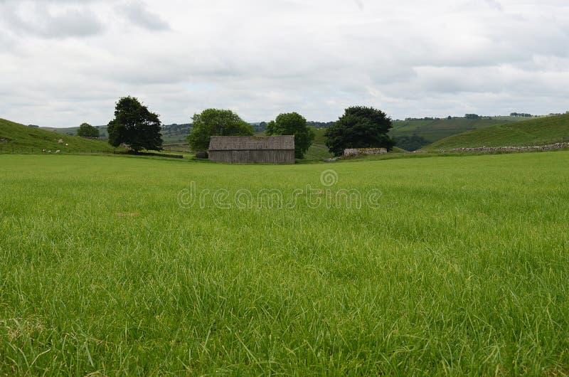 Grange rustique dans le domaine, Wetton, le Staffordshire, Angleterre images stock