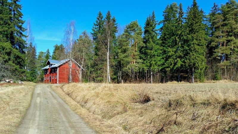 Grange scandinave à l'extrémité d'une route photographie stock libre de droits