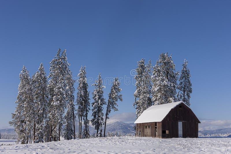 Grange sur la hausse neigeuse de l'ouvert image libre de droits