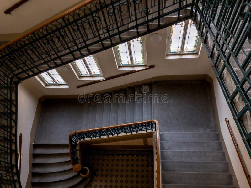 Graniasty schody w wieka Obecni starego duma Miejskim domu w Opava, republika czech z poręczem i schody z a, obraz royalty free