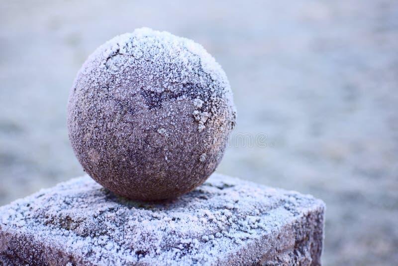 Granietbal op een voetstuk royalty-vrije stock afbeeldingen