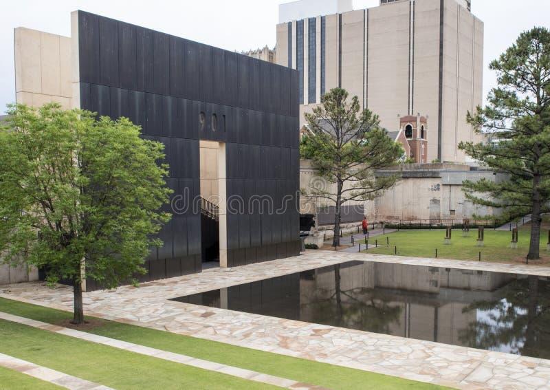 Granietgang, weerspiegelende pool met 9:01am muur en Gebied van Lege Stoelen, de Stadsgedenkteken van Oklahoma royalty-vrije stock fotografie