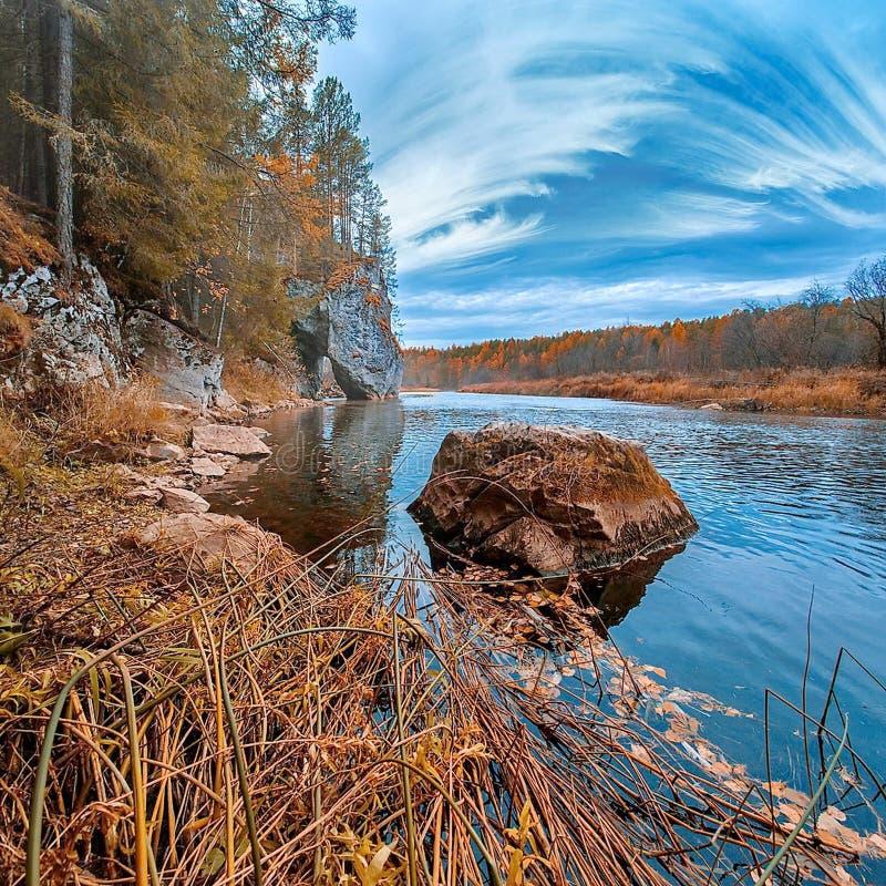 Granietkei in de rivier Bezinning van wolken in het water De gouden Herfst De Indische zomer stock fotografie